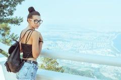 Όμορφο νέο κορίτσι τουριστών με το σακίδιο πλάτης κοντά στη θάλασσα στοκ φωτογραφία με δικαίωμα ελεύθερης χρήσης