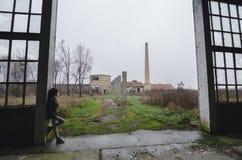 Όμορφο νέο κορίτσι goth που στέκεται στο εγκαταλειμμένο κτήριο εργοστασίων Στοκ Φωτογραφίες