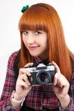 Όμορφο νέο κόκκινο - θηλυκό τριχώματος με την παλαιά φωτογραφική μηχανή στοκ φωτογραφία με δικαίωμα ελεύθερης χρήσης