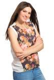 Όμορφο νέο μακρυμάλλες κορίτσι με τα διασχισμένα όπλα στοκ εικόνες