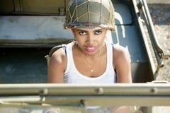 Όμορφο νέο μαύρο κορίτσι με ww2 το στρατιωτικό κράνος Στοκ Εικόνα