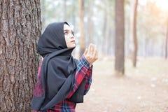 Όμορφο νέο μουσουλμανικό κορίτσι Duaa που προσεύχεται για το Θεό Στοκ φωτογραφία με δικαίωμα ελεύθερης χρήσης