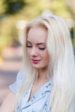 Όμορφο νέο ξανθό κορίτσι με ένα όμορφο πρόσωπο και όμορφα μάτια χαμόγελου Το πορτρέτο μιας γυναίκας με μακρυμάλλη και την κατάπλη Στοκ φωτογραφία με δικαίωμα ελεύθερης χρήσης