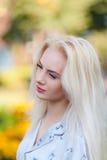 Όμορφο νέο ξανθό κορίτσι με ένα όμορφο πρόσωπο και όμορφα μάτια χαμόγελου Το πορτρέτο μιας γυναίκας με μακρυμάλλη και η κατάπληξη Στοκ φωτογραφία με δικαίωμα ελεύθερης χρήσης