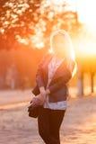Όμορφο νέο ξανθό κορίτσι με ένα όμορφο πρόσωπο χαμόγελου Στοκ Φωτογραφίες