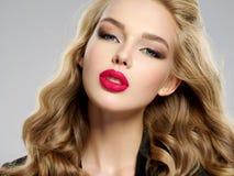 Όμορφο νέο ξανθό κορίτσι με τα προκλητικά κόκκινα χείλια Στοκ Φωτογραφίες