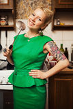Όμορφο νέο ξανθό κορίτσι σε ένα πράσινο φόρεμα Στοκ Εικόνα
