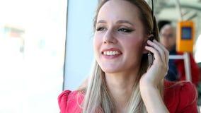 Όμορφο νέο ξανθό οδηγώντας τραμ γυναικών, που μιλά σε κινητό, τηλέφωνο, κύτταρο απόθεμα βίντεο