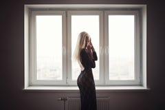 Όμορφο νέο ξανθό πορτρέτο κοριτσιών Στοκ φωτογραφία με δικαίωμα ελεύθερης χρήσης