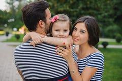 Όμορφο νέο οικογενειακό πορτρέτο στο πάρκο στοκ φωτογραφίες με δικαίωμα ελεύθερης χρήσης