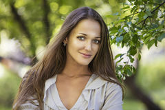 Όμορφο νέο πορτρέτο γυναικών δίπλα σε έναν κλάδο μιας άνθησης Στοκ φωτογραφία με δικαίωμα ελεύθερης χρήσης