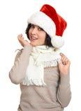 Όμορφο νέο πορτρέτο γυναικών στην τοποθέτηση καπέλων αρωγών santa στο λευκό Στοκ εικόνες με δικαίωμα ελεύθερης χρήσης