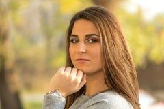Όμορφο νέο πορτρέτο κοριτσιών χαμόγελου headshot με το θολωμένο υπόβαθρο Στοκ φωτογραφία με δικαίωμα ελεύθερης χρήσης