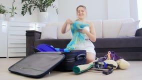Όμορφο νέο πράγμα s συσκευασίας γυναικών για τις καλοκαιρινές διακοπές στη βαλίτσα φιλμ μικρού μήκους