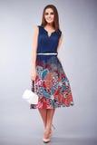 Όμορφο νέο προκλητικό κορίτσι με το μακρύ φόρεμα τρίχας brunette Στοκ εικόνα με δικαίωμα ελεύθερης χρήσης