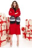 Όμορφο νέο προκλητικό μοντέρνο μοντέρνο παλτό βραδιού αριθμού γυναικών λεπτό λεπτό makeup, συλλογή ιματισμού, brunette, κιβώτια δ στοκ φωτογραφία