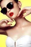 Όμορφο νέο πρότυπο με τα μεγάλα γυαλιά ηλίου διαμορφώστε makeup Στοκ Εικόνα