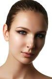 Όμορφο νέο πρότυπο με τη σκοτεινή σύνθεση μόδας Δέρμα αγνότητας Να είστε στοκ εικόνα με δικαίωμα ελεύθερης χρήσης