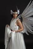 Όμορφο νέο πρότυπο που φορά ένα άσπρο φόρεμα με τα φτερά αγγέλου μέσα Στοκ φωτογραφία με δικαίωμα ελεύθερης χρήσης