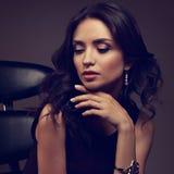 Όμορφο νέο πρότυπο makeup κάτω στο ρολόι μόδας και το pi Στοκ Εικόνες