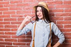 Όμορφο νέο σκοτεινός-μαλλιαρό κορίτσι στην τοποθέτηση περιστασιακών ενδυμάτων, που χαμογελά, Στοκ φωτογραφία με δικαίωμα ελεύθερης χρήσης