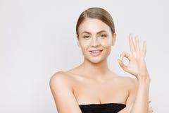 Όμορφο νέο στενό επάνω στούντιο προσώπου χαμόγελου γυναικών στο γκρίζο υπόβαθρο Στοκ φωτογραφία με δικαίωμα ελεύθερης χρήσης