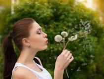 Όμορφο νέο φύσηγμα γυναικών Στοκ φωτογραφίες με δικαίωμα ελεύθερης χρήσης