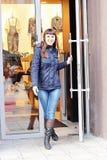 Όμορφο νέο χαμογελώντας κορίτσι που βγαίνει από το κατάστημα Στοκ εικόνα με δικαίωμα ελεύθερης χρήσης