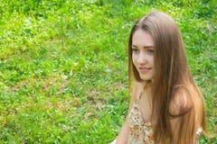Όμορφο νέο χαμογελώντας κορίτσι υπαίθρια Στοκ Φωτογραφία