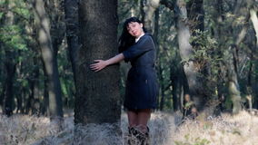 Όμορφο νέο χαμόγελο γυναικών, που στέκεται κοντά σε ένα δέντρο απόθεμα βίντεο