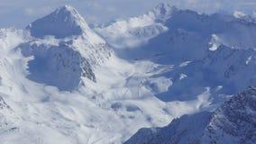 Όμορφο νέο χιόνι και οι κορυφές των βουνών Στοκ Εικόνες
