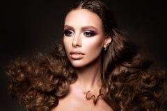Όμορφο νέο brunette με τη σύνθεση Στοκ Φωτογραφίες