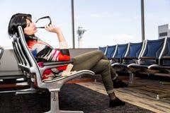 Όμορφο νέο brunette στον αερολιμένα Στοκ εικόνες με δικαίωμα ελεύθερης χρήσης