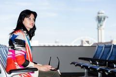 Όμορφο νέο brunette στον αερολιμένα Στοκ Εικόνες