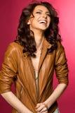 Όμορφο νέο brunette στο σακάκι δέρματος Στοκ Φωτογραφία