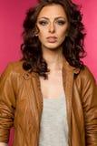 Όμορφο νέο brunette στο σακάκι δέρματος Στοκ φωτογραφία με δικαίωμα ελεύθερης χρήσης