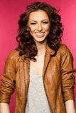Όμορφο νέο brunette στο σακάκι δέρματος Στοκ εικόνα με δικαίωμα ελεύθερης χρήσης