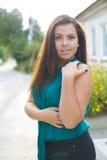 Όμορφο νέο brunette υπαίθρια Στοκ Φωτογραφία