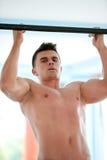 Όμορφο νέο mand που επιλύει στη γυμναστική Στοκ Φωτογραφίες
