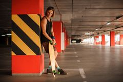 Όμορφο νέο redhead άτομο με ένα longboard Στοκ φωτογραφία με δικαίωμα ελεύθερης χρήσης