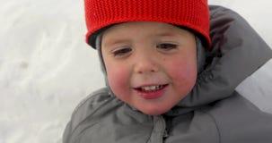 Όμορφο να βρεθεί κινηματογραφήσεων σε πρώτο πλάνο μωρών χιόνι απόθεμα βίντεο