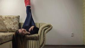 Όμορφο να βρεθεί κοριτσιών που χαλαρώνουν στην άνω πλευρά καναπέδων - κάτω, πόδια επάνω φιλμ μικρού μήκους