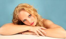 όμορφο να φανεί νεολαίες γυναικών στοκ εικόνες με δικαίωμα ελεύθερης χρήσης