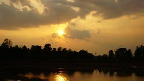 όμορφο νεφελώδες ηλιοβασίλεμα φιλμ μικρού μήκους