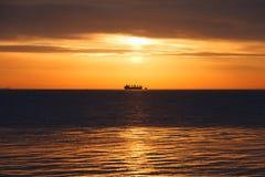 όμορφο νεφελώδες ύδωρ ουρανού θάλασσας βράχων αυγής Στην απόσταση ένα σκάφος μπορεί να δει Στοκ Φωτογραφία