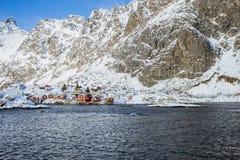 Όμορφο νορβηγικό χειμερινό τοπίο με έναν κόλπο και τα υψηλά βουνά θάλασσας στοκ εικόνες με δικαίωμα ελεύθερης χρήσης