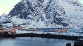 Όμορφο νορβηγικό χειμερινό τοπίο με το πολύχρωμο rorbu και δεμένα σκάφη αλιείας στον κόλπο του αρχιπελάγους Lofoten, nothe απόθεμα βίντεο