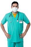 Όμορφο νοσοκόμος με το χέρι στα ισχία Στοκ Εικόνα