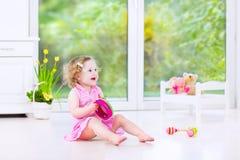 Όμορφο ντέφι παιχνιδιού κοριτσιών μικρών παιδιών στο άσπρο δωμάτιο Στοκ εικόνες με δικαίωμα ελεύθερης χρήσης