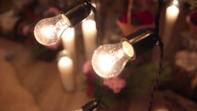 Όμορφο ντεκόρ τελετής δέσμευσης χειμερινού γάμου Χριστουγέννων με τα κεριά, τα κούτσουρα σημύδων, τις γιρλάντες βολβών, τους κώνο απόθεμα βίντεο